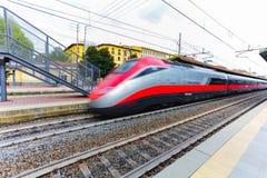 Florence, ITALIË 10 September, 2016: Snelheidstrein ` TrenItalia ` in motie op de post in Florence Campo Di Marte ` van Florence  stock foto