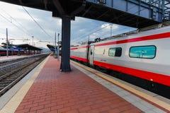 Florence, ITALIË 10 September, 2016: Snelheidstrein ` TrenItalia ` van Frecciargento-type op de post in Campo van Florence van Fl stock fotografie