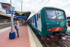 Florence, ITALIË 10 September, 2016: Trein ` TrenItalia ` van Regionale of het type van Regionale Veloce op de post in Florence v Stock Fotografie