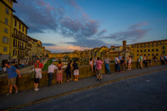 FLORENCE, ITALIE - 12 JUIN 2015 : Turists prenant des photos du vieux pont ou du Ponte Vecchio à Florence Photos libres de droits