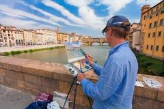 Florence, ITALIE 10 septembre 2016 : Le peintre peint le tableau du paysage de ville du pont en pierre médiéval Ponte Vecchio et  Image libre de droits