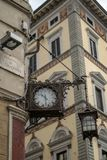 Florence Italien - 24 April, 2018: Gammal klocka och lykta på Piazza di S giovanni Royaltyfri Bild