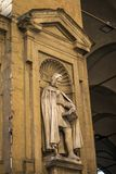 Florence Italien - 22 April, 2018: Staty av Giovanni Villani - italiensk bankir, diplomat och krönikör från Florence i Loggen Arkivbild