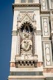 Florence Italien - 22 April, 2018: staty på fasad av Cattedrale di Santa Maria del Fiore Cathedral av St Mary av blomman Arkivfoton