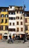 FLORENCE ITALIEN - CIRCA 2016: En man läser hans tidning i piazzadien Santa Croce som är en berömd fyrkant i Florence Royaltyfri Foto