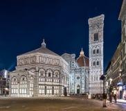 Florence Italien - december, 14 2015: nattsikt av den Santa Maria del Fiore domkyrkan i kupolstället - Piazza del Duomo Fotografering för Bildbyråer