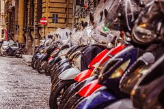 Florence Italien - December 28, 2017 - sparkcykelparkering under regnet royaltyfri bild