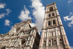 Florence, Italien, fasaden av Florence Cathedral och Giotto står högt med stor marmordécor Fotografering för Bildbyråer
