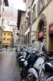 FLORENCE ITALIEN - FEBRUARI 06, 2017: nära Sparkcykel Piazza del Du Arkivbilder