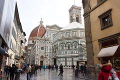FLORENCE ITALIEN - FEBRUARI 06, 2017: Piazza del Duomo Cattedral Arkivfoton