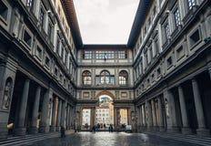 FLORENCE ITALIEN - FEBRUARI 06, 2017: Uffizi galleriperspektiv på su Arkivbild