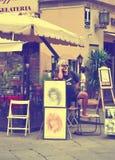 FLORENCE ITALIEN - JULI 3, 2011: Väntande musa och köpare för målare i Italien Arkivfoton