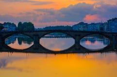 FLORENCE ITALIEN - JUNI 12, 2015: Bro för helig trinity i Florence, äldst bro i världen Solnedgångljus gör ett trevligt arkivbilder