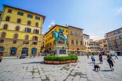 FLORENCE ITALIEN - JUNI 12, 2015: Cosme rid- staty i mitt av piazzadellaen Signoria på Florence cosme Royaltyfria Foton