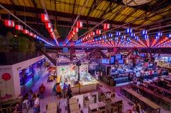 FLORENCE ITALIEN - JUNI 12, 2015: Den Florence marknaden iluminated, den trevliga sikten av taket och garnering Folk som äter och Royaltyfri Bild