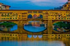 FLORENCE ITALIEN - JUNI 12, 2015: Den gamla bron och Vasari korridoren i Florence, shoppar och turists på mitt av Royaltyfri Foto