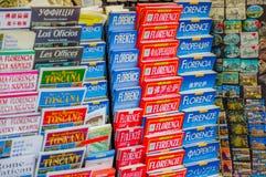FLORENCE ITALIEN - JUNI 12, 2015: Florence handboköversikter och turistic handböcker sammanlagt lenguagesna arkivbild