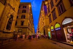 FLORENCE ITALIEN - JUNI 12, 2015: Florence på natten Shoppar öppet sent på sommar, folket som besöker den historiska mitten som ä Royaltyfri Foto
