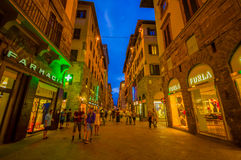 FLORENCE ITALIEN - JUNI 12, 2015: Florence på natten Shoppar öppet sent på sommar, folket som besöker den historiska mitten som ä Royaltyfri Fotografi