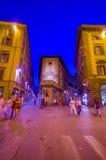 FLORENCE ITALIEN - JUNI 12, 2015: Folket som sent går på natten på sommar i Florence, ljus på lilor, tonar Royaltyfri Foto