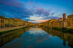 FLORENCE ITALIEN - JUNI 12, 2015: Härliga färger på himlen, solnedgång, på slutet den gamla bron eller Ponten Vecchio på royaltyfri bild