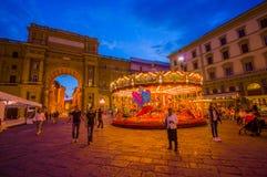 FLORENCE ITALIEN - JUNI 12, 2015: Karusellen på natten iluminated i mitt av fyrkanten i Florence den olika fantasin bildar illust Royaltyfri Bild