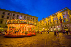 FLORENCE ITALIEN - JUNI 12, 2015: Karusellen på natten iluminated i mitt av fyrkanten i Florence den olika fantasin bildar illust Royaltyfri Foto