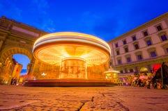 FLORENCE ITALIEN - JUNI 12, 2015: Karusellen på natten iluminated i mitt av fyrkanten i Florence unidentified arkivbilder