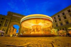 FLORENCE ITALIEN - JUNI 12, 2015: Karusellen på natten iluminated i mitt av fyrkanten i Florence unidentified fotografering för bildbyråer