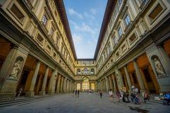 FLORENCE ITALIEN - JUNI 12, 2015: Lång gata som omges av trevlig och gammal arkitektur för historiska byggnader, i Florence Royaltyfri Bild