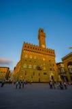 FLORENCE ITALIEN - JUNI 12, 2015: Ljus för solnedgång för häleri för klockatorn på Palazzo Vecchio eller gammal slott Royaltyfria Foton