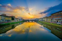 FLORENCE ITALIEN - JUNI 12, 2015: Ponte Santa Trinita eller bro för helig Treenighet i Florence, äldst bro runt om världen royaltyfri bild