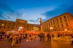 FLORENCE ITALIEN - JUNI 12, 2015: Republikfyrkant i mitten av Florence som är härlig på natten med ilumination Turists Arkivfoton