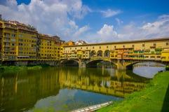 FLORENCE ITALIEN - JUNI 12, 2015: Sikt för trevlig dag av den gamla bron eller Ponte Vecchio i Florence, pinturequestället som sh Royaltyfri Bild