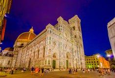 FLORENCE ITALIEN - JUNI 12, 2015: Solnedgång framme av Florence Cathedral, kontraster för blå himmel och luminated byggnad arkivfoton
