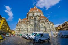 FLORENCE ITALIEN - JUNI 12, 2015: Tillbaka sikt av den Florence Cathedral, stor och symbolisk kyrkan av staden Bilar bakom i Royaltyfri Fotografi