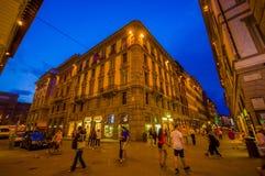 FLORENCE ITALIEN - JUNI 12, 2015: Trevlig fyrkantig byggnad på natten i Florence, den historiska mitten iluminated Gå för folk Arkivbilder