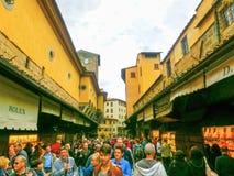 Florence Italien - Maj 01, 2014: folk, i att shoppa område på Ponte Vecchio i Florence Arkivbild