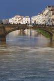 FLORENCE ITALIEN - MARS 07: Ponte Santa Trinita bro över Arkivfoto