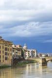 FLORENCE ITALIEN - MARS 07: Ponte Santa Trinita bro över Fotografering för Bildbyråer
