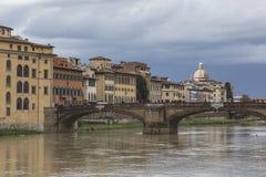 FLORENCE ITALIEN - MARS 07: Ponte Santa Trinita bro över Arkivbilder
