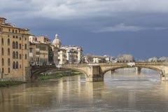 FLORENCE ITALIEN - MARS 07: Ponte Santa Trinita bro över Royaltyfri Fotografi