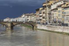 FLORENCE ITALIEN - MARS 07: Ponte Santa Trinita bro över Royaltyfria Bilder