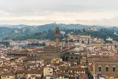 Florence ITALIEN - Oktober, 2017: Florence eller Firenze flyg- dimmig cityscape Arkivfoto