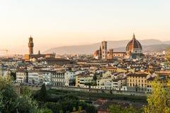 Florence ITALIEN - Oktober, 2017: Härlig cityscapehorisont av Firenze, Italien, med broarna över Riveret Arno Arkivbilder