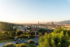 Florence ITALIEN - Oktober, 2017: Härlig cityscapehorisont av Firenze, Italien, med broarna över Riveret Arno Arkivfoto