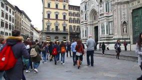 Florence Italien - Oktober 2016: turister strosar längs gatorna nära duomoen lager videofilmer