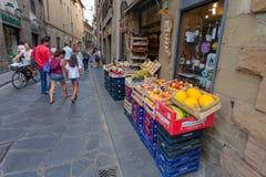 Florence ITALIEN September 10, 2016: Askarna och korgarna av lagret (utomhus- fruktaffärGreengrocery) Arkivfoto