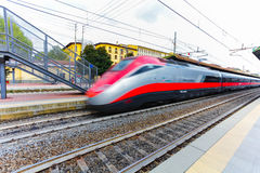 Florence ITALIEN September 10, 2016: Rusa drev`-TrenItalia ` i rörelse på stationen i Florence `-Firenze Campo di Marte ` med s Arkivfoto