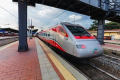 Florence ITALIEN September 10, 2016: TrenItalia för hastighetsdrev` ` av Frecciargento skriver in rörelse på stationen i Florence Royaltyfria Foton